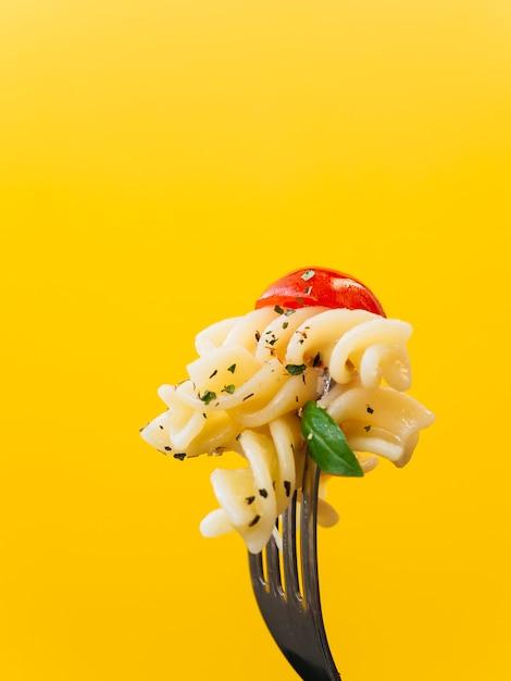 Вкусная паста на вилке Premium Фотографии