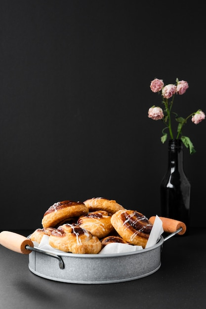 Delicious pastries in a tray with flowers Free Photo