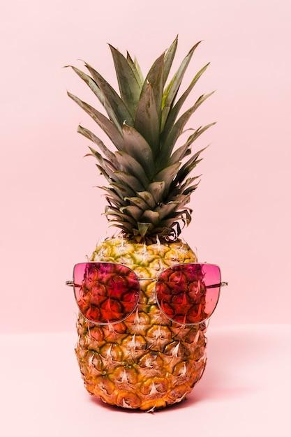 Delizioso ananas con occhiali da sole Foto Gratuite