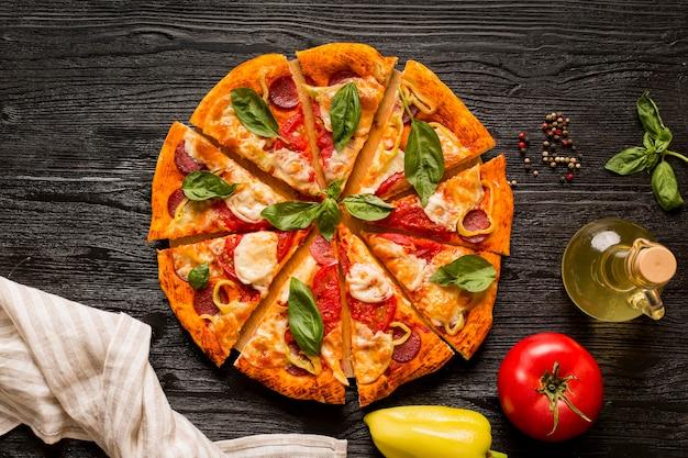 Концепция вкусной пиццы на деревянном столе Premium Фотографии