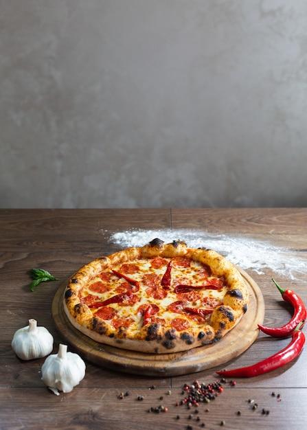 Вкусная пицца, традиционная итальянская пицца. Бесплатные Фотографии