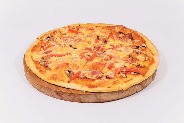 delicious-pizza-with-seafood-wooden-stand-isolated-white_152904-395.jpg (626×417)