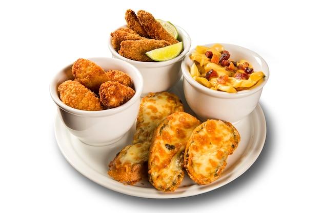 Вкусная порция жареной рыбы, жареной курицы, картофеля фри и сырной брункетты Premium Фотографии