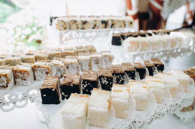 Вкусные порционные сладости подаются на слоистых подставках Бесплатные Фотографии