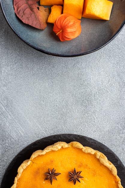 Вкусный тыквенный пирог и кусочки фруктов Бесплатные Фотографии