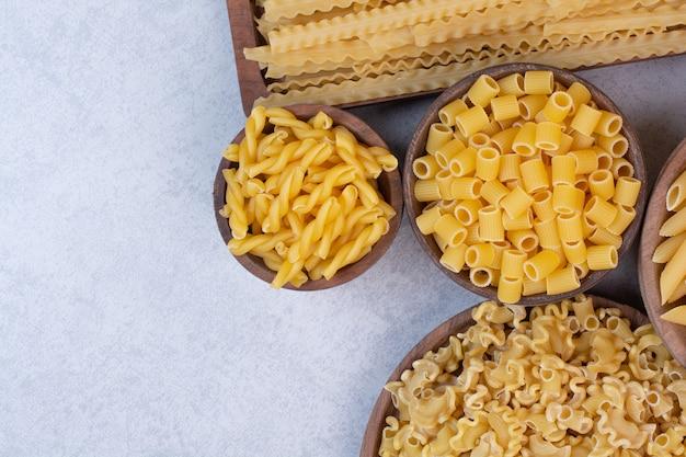 Вкусные сырые макароны и вермишель на деревянных мисках Бесплатные Фотографии