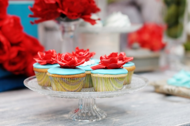Delicious red and blue wedding cupcakes Premium Photo