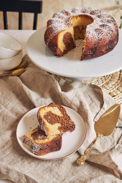 Вкусный кольцевой торт положить на белую тарелку Бесплатные Фотографии