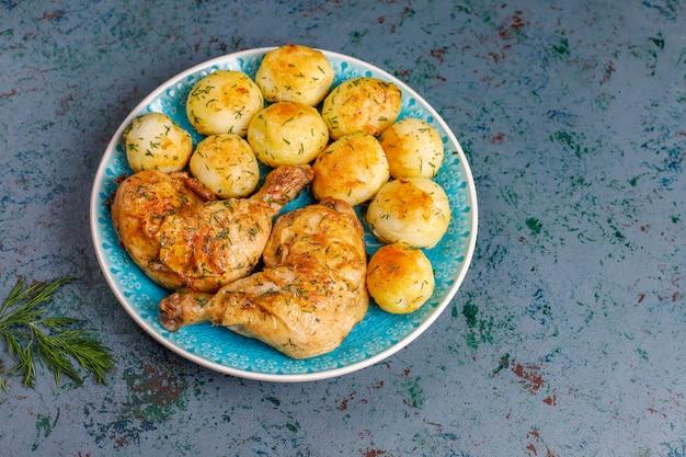 Giovani patate arrostite deliziose con aneto e pollo, vista superiore Foto Gratuite