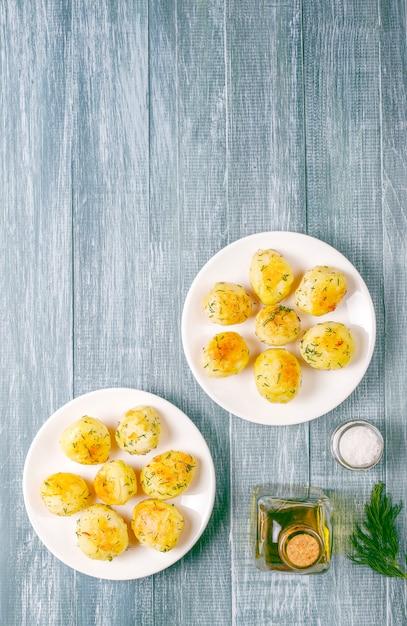 Вкусный жареный молодой картофель с укропом Бесплатные Фотографии