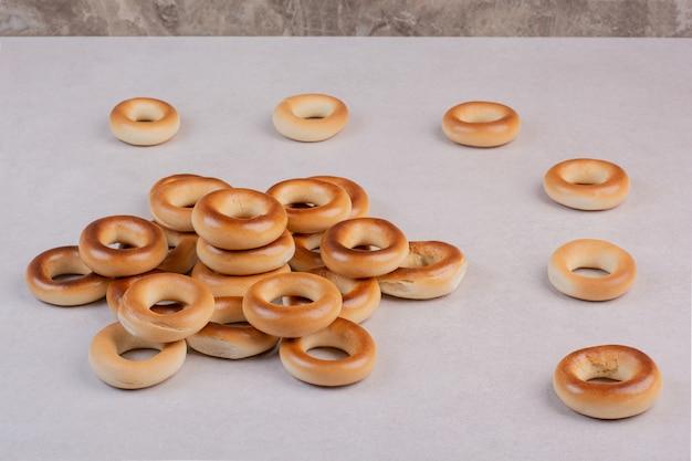 白い背景の上のおいしい丸いクッキー。高品質の写真 無料写真
