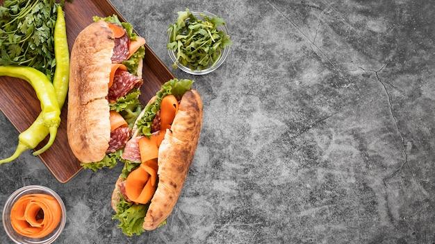 Composizione deliziosa nei panini con lo spazio della copia Foto Gratuite