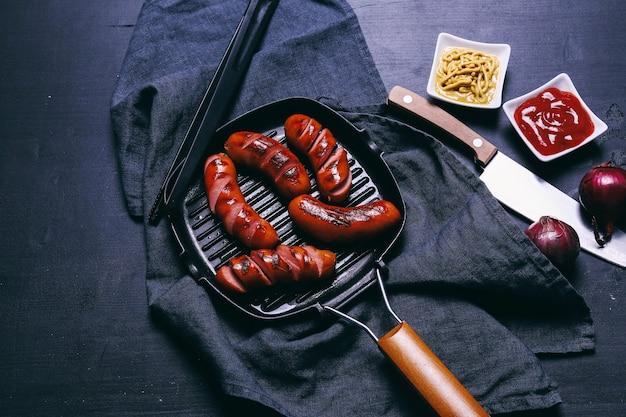 프라이팬에 맛있는 소시지 무료 사진