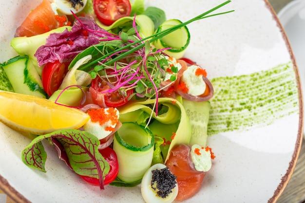 A delicious smoked salmon garden salad with smoked salmon, mixed baby greens Premium Photo