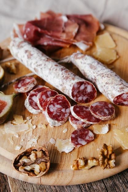 Вкусные закуски на деревянной доске Бесплатные Фотографии