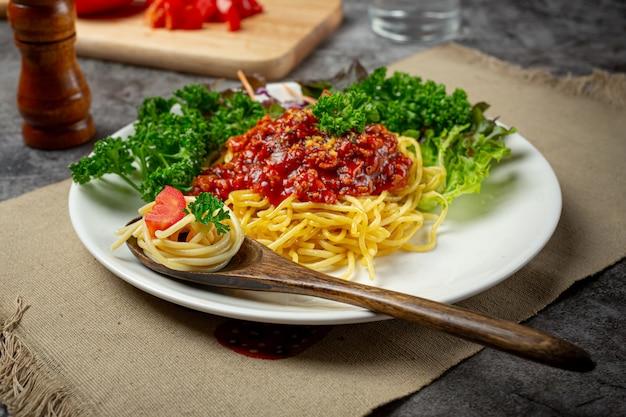 美しい食材を使った美味しいスパゲッティ。 無料写真
