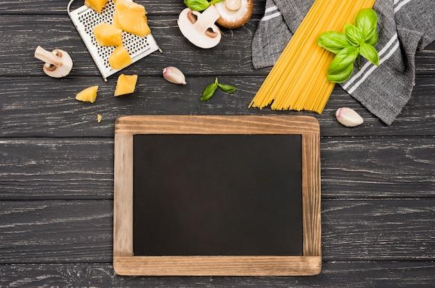 黒板の横にあるキノコのおいしいスパゲッティ 無料写真