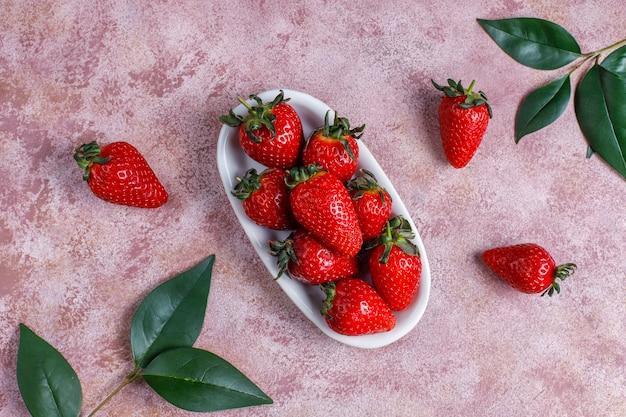 新鮮なイチゴ、トップビューでおいしいイチゴケーキロール 無料写真