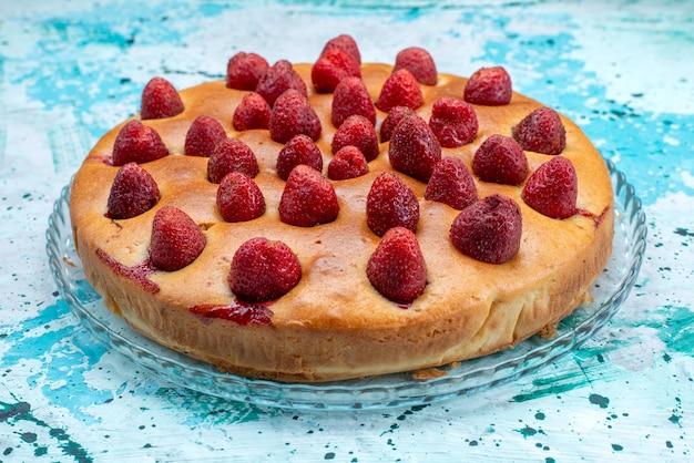 Вкусный клубничный пирог круглой формы с фруктами сверху на ярко-голубом тесте для торта сладкий бисквитный сахар Бесплатные Фотографии