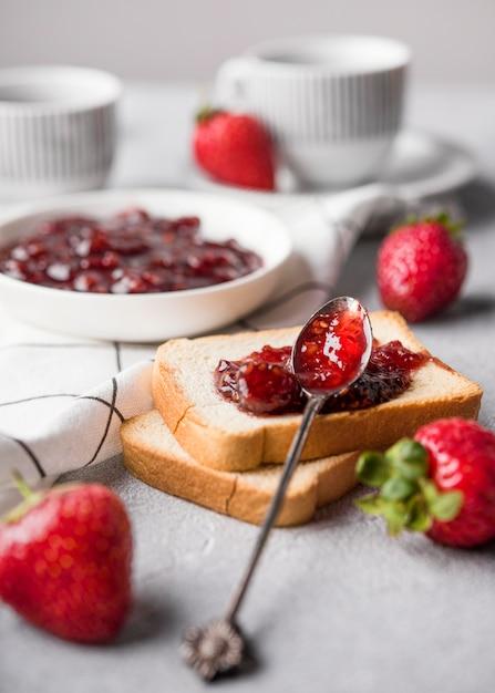 Вкусное клубничное варенье на хлебе Бесплатные Фотографии