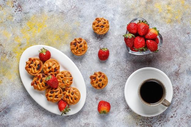 Вкусные мини-пирожки с клубникой. Бесплатные Фотографии