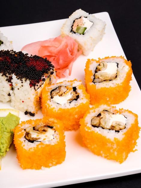 Sushi deliziosi sulla banda nera Foto Gratuite
