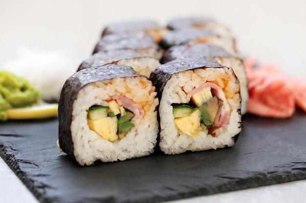 Вкусные суши подаются на стол Бесплатные Фотографии