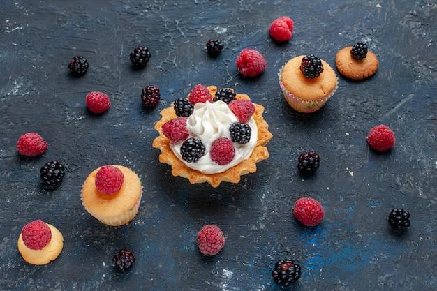 ダークグレーのフルーツベリーケーキビスケットスイートベイクにさまざまなベリーとおいしいクリームを添えたおいしいスウィートケーキ 無料写真