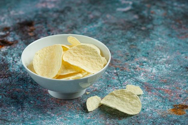 그릇에 맛있는 고구마 칩 무료 사진
