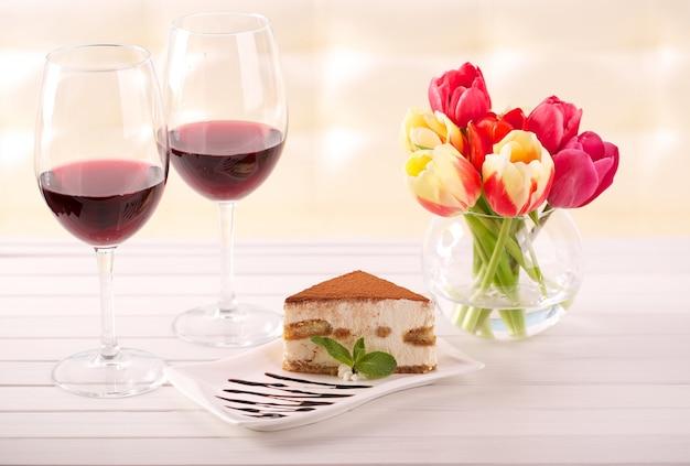 美味しいティラミスケーキとチューリップの花をプレゼントとして Premium写真