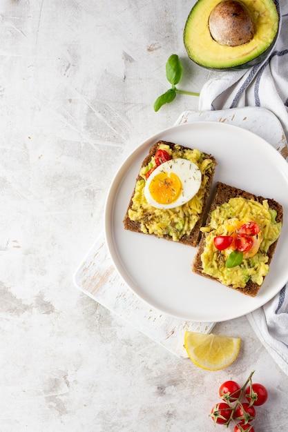 Delizioso toast con crema vegetariana e metà di avocado Foto Gratuite
