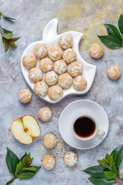 Вкусный традиционный русский пряник с яблоком, вид сверху Бесплатные Фотографии
