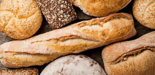 Вкусные виды хлеба сверху Premium Фотографии