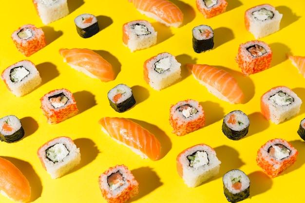 Deliziosa varietà di sushi sul tavolo Foto Gratuite
