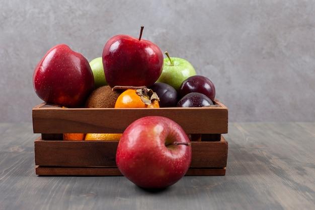 Deliziosi frutti vari su un cesto di legno. foto di alta qualità Foto Gratuite