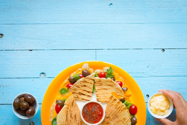 Delicious veggie quesadillas with tomatoes, olives, saã²ad and cheddar Premium Photo