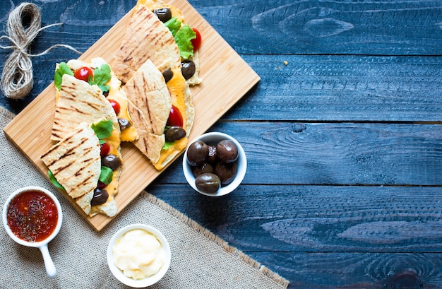 Delicious veggie quesadillas with tomatoes olives saã²ad and cheddar Premium Photo