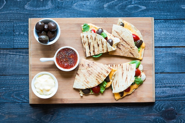 Delicious veggie quesadillas with tomatoes, olives, saãƒâƒã'â²ad and cheddar Premium Photo