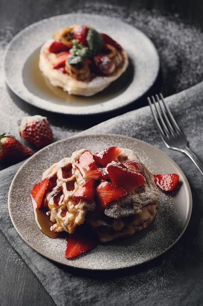Deliziosi waffle con frutta e miele Foto Gratuite