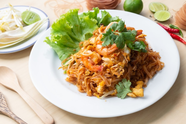 Deliciuos brown rice noodles with shrimp Premium Photo