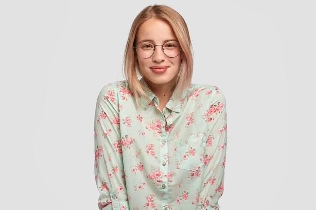 수줍은 즐거운 미소로 기쁘게 가벼운 머리 백인 여성 무료 사진