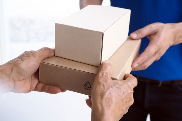 Deliver packages to recipients quickly Premium Photo
