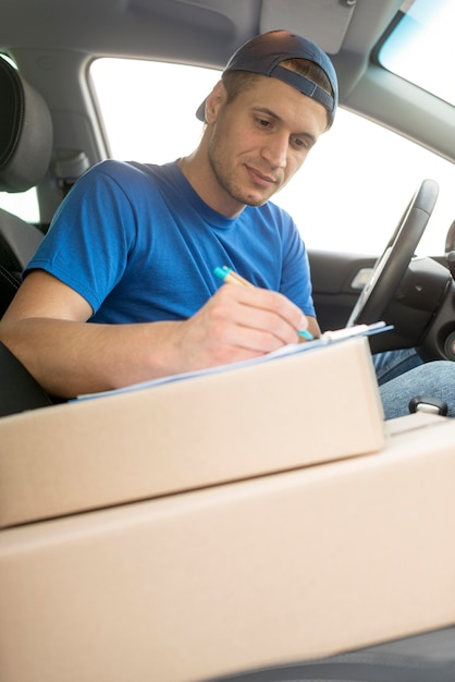 ボックスが付いている車の配達人 無料写真