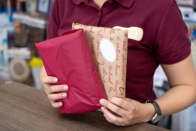 配達郵便郵便郵便パッケージ赤とクラフト紙箱を手に Premium写真