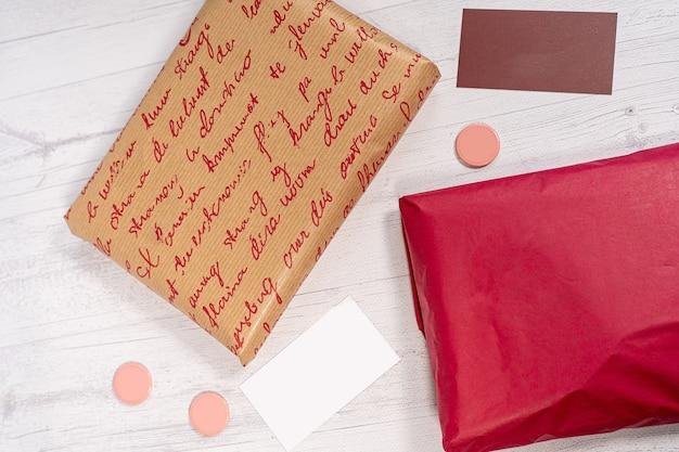 配達郵便郵便パッケージ赤とクラフト紙箱 Premium写真