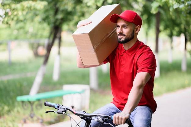 Scatola di trasporto del fattorino su una bici Foto Gratuite