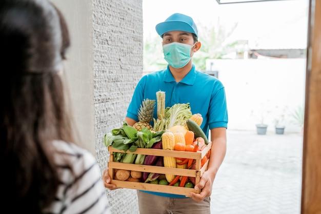 Доставка человек доставки продуктов Premium Фотографии