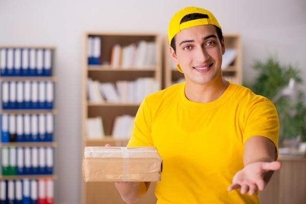 Delivery man delivering parcel box Premium Photo
