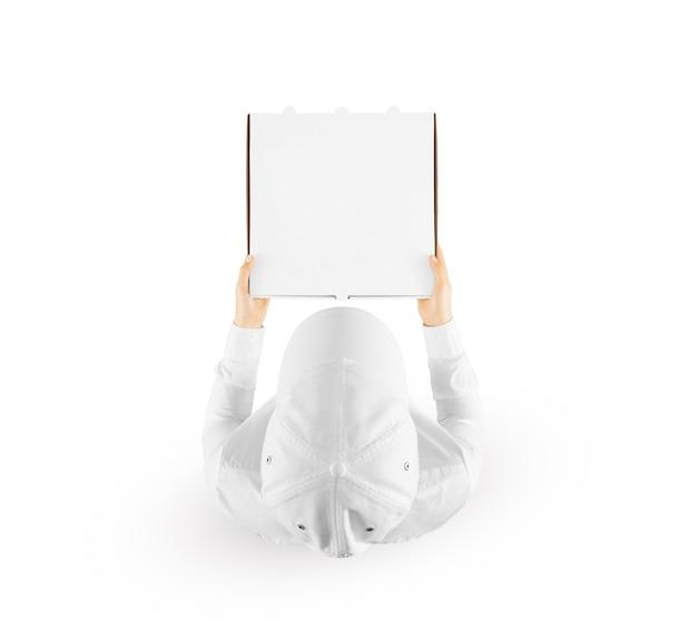 白、上面図で隔離の空白のピザボックスを保持している配達人。 Premium写真