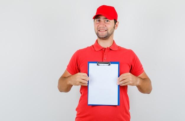 赤いtシャツでクリップボードを保持している配達人 無料写真